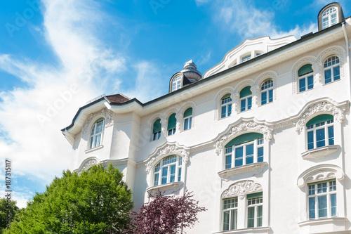 Leinwanddruck Bild Stuckfassade eines Hauses in München - Altbau
