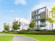 Neubausiedlung und Fußweg in einer Parkanlage