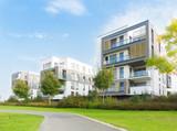 Fototapety Neubausiedlung und Fußweg in einer Parkanlage