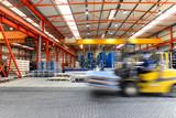Gabelstapler in einem Stahlhandel // Interieur einer großen Fabrikhalle - 187325770