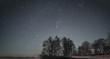 Sterne über Baumkette