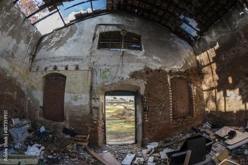 Fotobehang Oude verlaten gebouwen Urbex. Abandoned industrial warehouse with broken roof