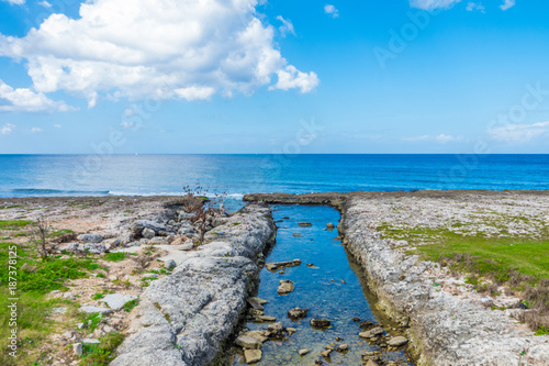 Foto op Plexiglas Havana Perfect sea horizon and river in the foreground in beautiful sunny day in la Havana