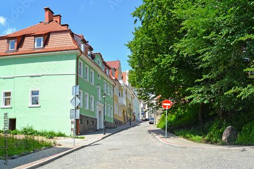 Aluminium Smalle straatjes GVARDEYSK, RUSSIA. Gornaya Street in summer day