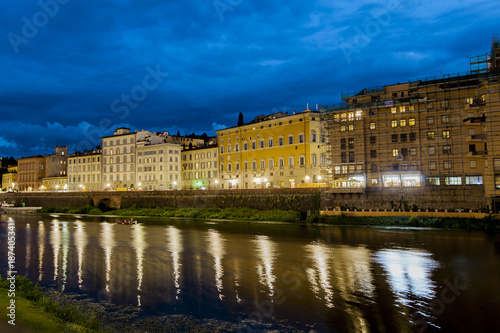 Deurstickers Toscane Night view at Arno river in Florence, Italy
