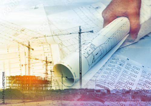 Architekt i plany. Koncepcja architektury i budownictwa. Grunty i budowa domów