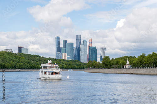 Foto op Aluminium Moskou River landscape of Moscow, Moskva river with high office buildings on the horizon