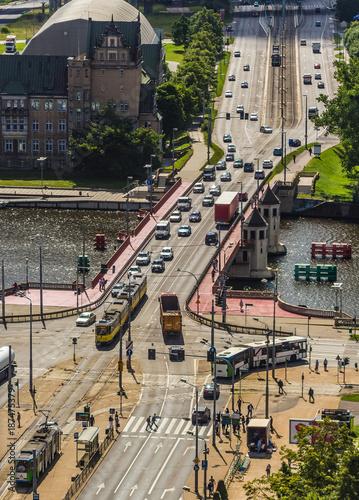 Most przez rzekę. Samochody i trolejbusy przejeżdżające przez most. Szczecin - Most Długi. - 187475379