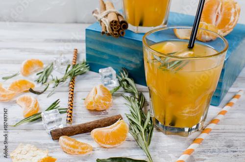 Foto op Plexiglas Sap cocktail with tangerines, juice and ice
