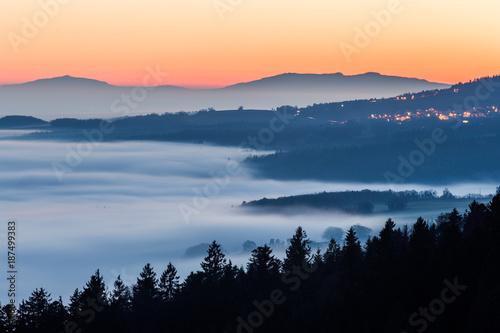 Foto op Canvas Nachtblauw Le Jura au coucher du soleil et sous la brume