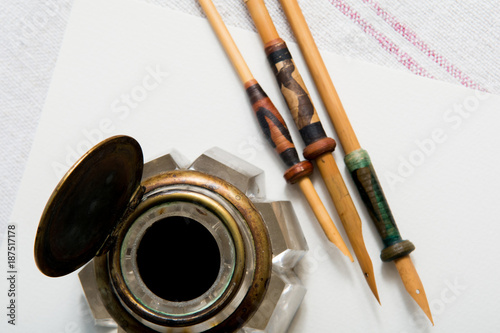 Foto Murales Calligraphy pens on white paper with blank space for a message
