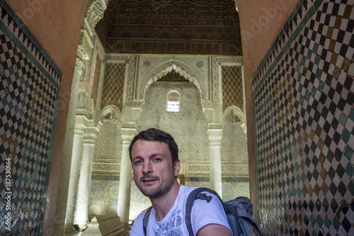 Fotobehang Marokko Junger Tourist posiert vor Säulen