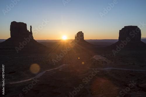 Fotobehang Ochtendgloren Monument Valley at sunrise