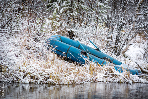 Aluminium Schip Rubber boat on the river in the winter forest