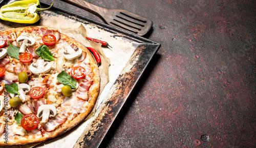 pizza-fresca-con-champinones-tocino-y-tomates