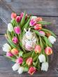Leinwanddruck Bild - Buntes Osternest mit Tulpen