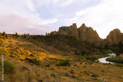 Aluminium Wit Colorful Sunset Over Smith Rock State Park and Crooked river in Central Oregon