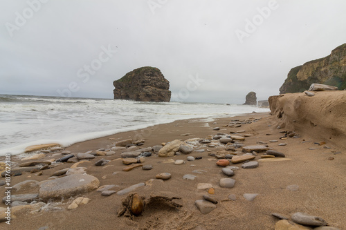 Fotobehang Noordzee Marsden Rock from beach with pebbles