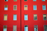 Knallrote Hausfassade - 187625546