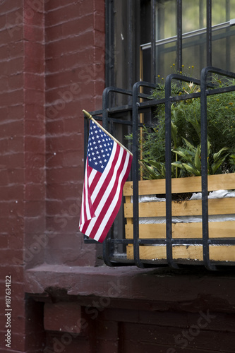 Foto op Plexiglas New York American flag on traditional buiding in New York City
