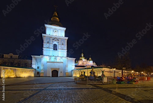 Foto op Plexiglas Kiev KYIV, UKRAINE - JANUARY 07, 2018: Christmas market on St. Michael's Square in Kyiv, Ukraine. Area for children's entertainment. Carousel with fairy-tale heroes and ferris wheel