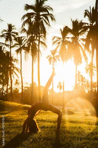 Obraz na płótnie Yoga Pose im Sonnenuntergang