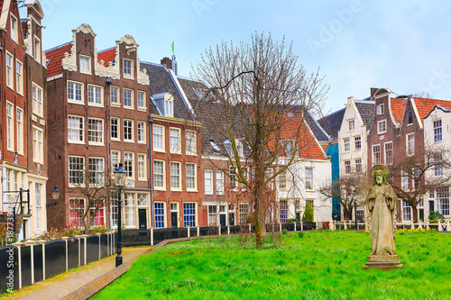 Foto op Plexiglas Amsterdam Begijnhof courtyard with dutch houses in Amsterdam, Netherlands