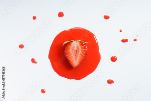 sliced strawberry - 187763362