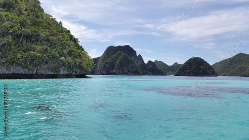 Foto op Aluminium Tropical strand Couple of coral green island with tosca colored water