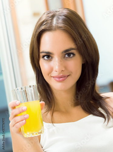 Foto op Plexiglas Sap Cheerful young woman with orange juice at home