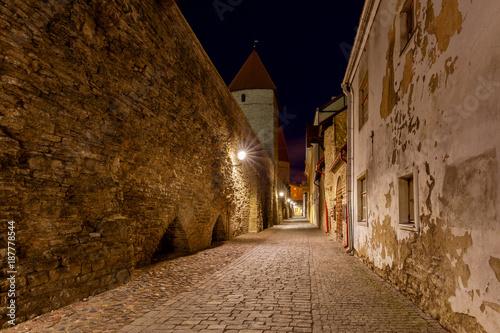 Poster Smal steegje Tallinn. Old medieval street.