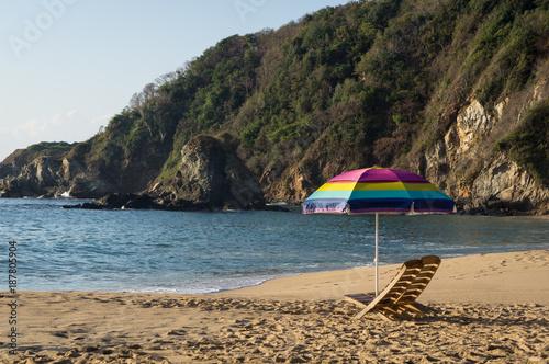 Chaise longue et parasol sur la plage, Mazunte, Mexique - 187805904