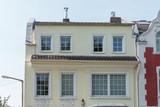 Haus mit renovierter Fassade und neuen Fenstern - 187807593