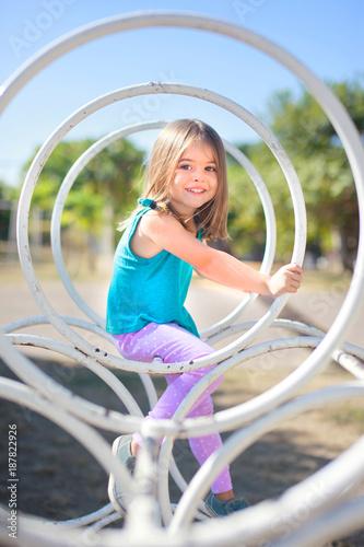 Kleinkind spielt auf einem Spielplatz