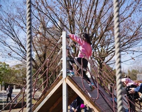 Foto Murales 冬の公園の遊具で遊ぶ子供