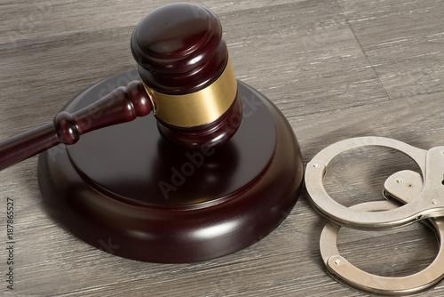 Ein Richterhammer und Handschellen