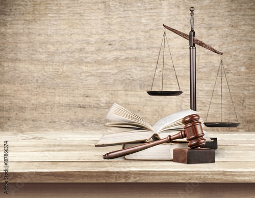 Foto Murales Wooden scales of justice