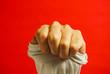 手の表現 グー、力、シャツをつかむ、活力、ペニスと皮、精力などのイメージ 赤色背景