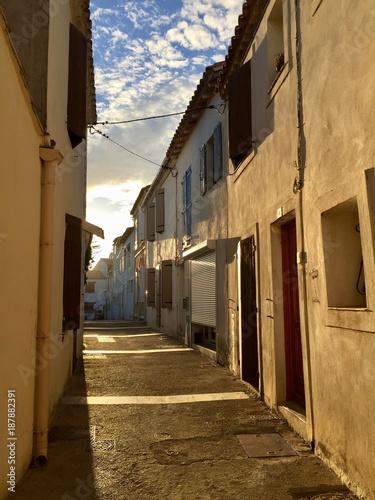 Aluminium Smalle straatjes Little alley in Saintes-Maries-de-la-Mer, France during sunset