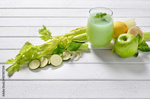 Foto op Plexiglas Sap Glass of fruit and vegetable juice on white wooden table