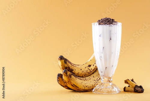 Papiers peints Lait, Milk-shake Milkshake with banana on yellow background