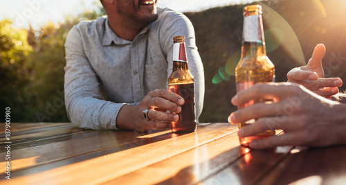 Foto Murales Couple having beers at outdoor party