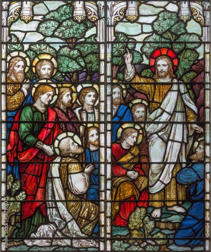 londyn-wielki-brytania-wrzesien-17-2017-apparition-resurected-jezus-apostol-na-witrazu-w-koscielnej-swietej-trojcy-brompton