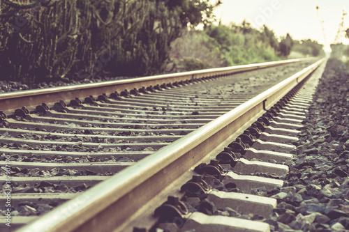 In de dag Spoorlijn Railroad tracks leading through mountains.