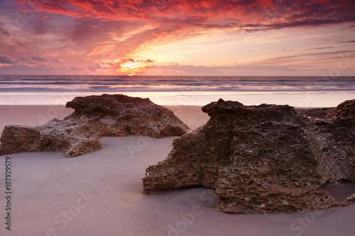 Fotobehang Zalm Atardecer en la playa de la Barrosa en Cadiz