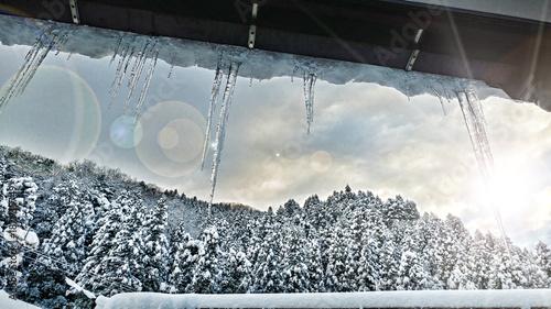 冬景色 つららと太陽と雪山