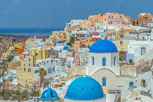 Papiers peints Santorini Blue domed churches in the village of Oil on Santorini i the Greek Islands