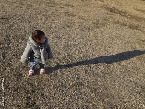 Foto Murales 公園で歩く赤ちゃん
