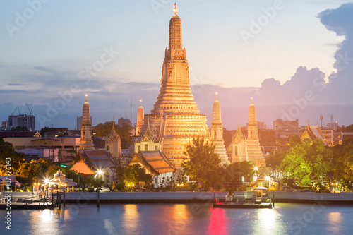 In de dag Bangkok Bangkok city landmark, Arun temple river front at twilight