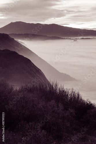 piekny-krajobraz-atmosferyczny-widok-w-zachod-slonca-na-wybrzezu-atlantyku-z-ogromnymi-falami-kraj-baskow-francja